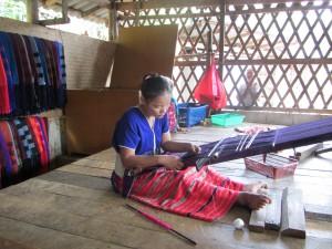 tejiendo en Lisu en Mae Taeng