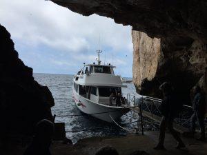 barco para llegar a gruta