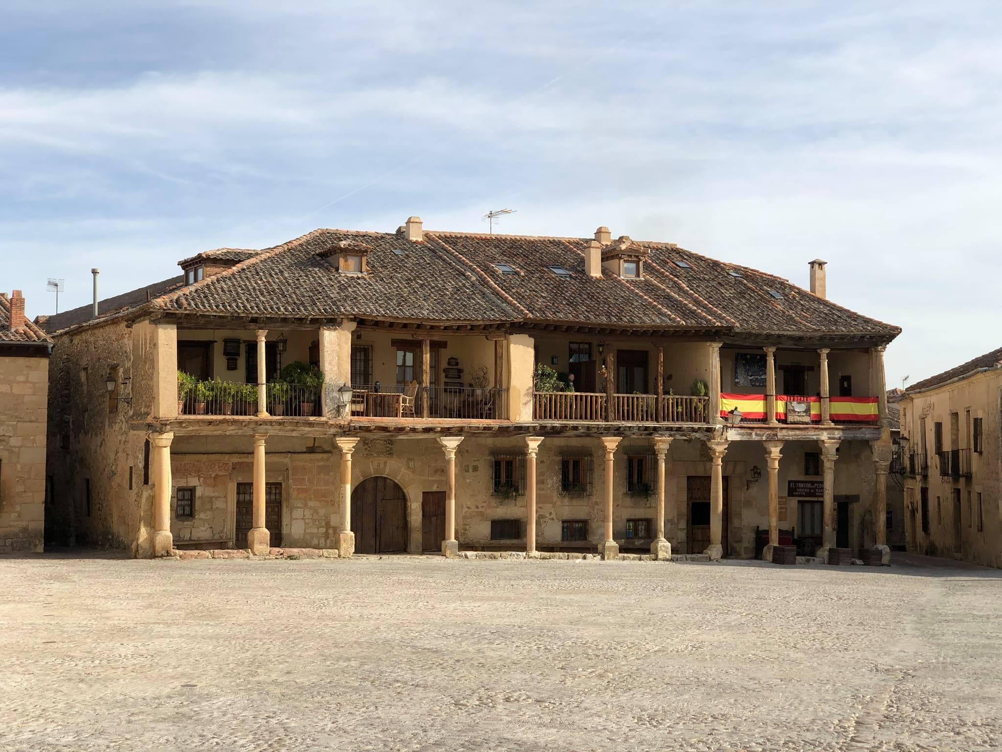 Plaza Mayor de Pedraza_Viajando con el último bus